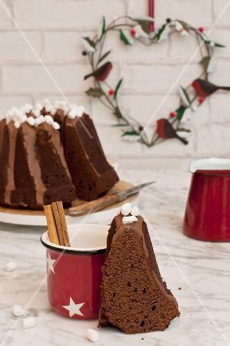 Schokoladengugelhupf mit heißer Schokolade