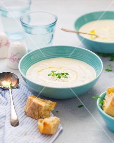 Cremige Blumenkohlsuppe serviert mit geröstetem Bruschetta
