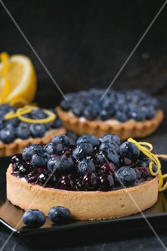 Mini-Zitronenkuchen und Zitronentörtchen mit Heidelbeeren