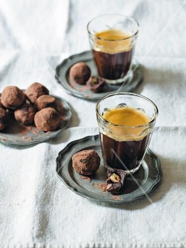 Schokoladen-Nuss-Trüffel und Kaffee im Glas
