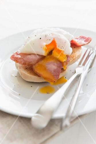 Bagel mit Speck und pochiertem Ei