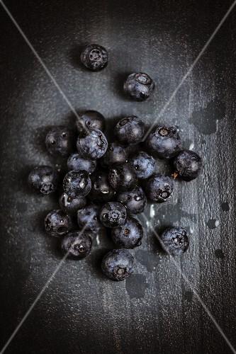Heidelbeeren auf schwarzem Holzuntergrund