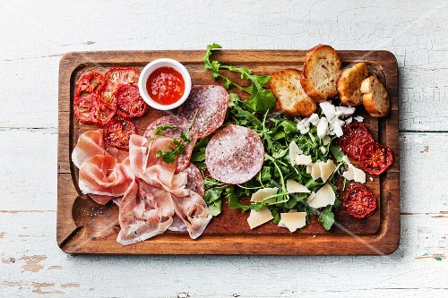 Kalte Platte mit Schinken, Salami, Käse, Tomaten und Brot (Aufsicht)