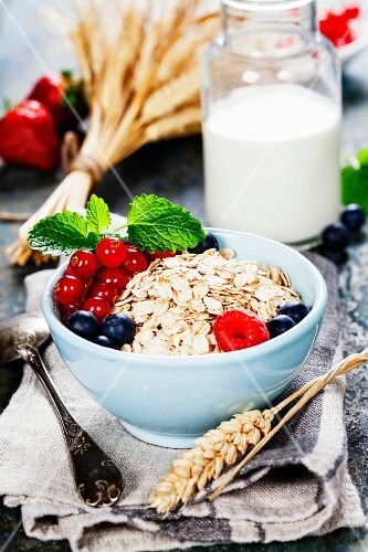 Healthy Breakfast: Oat flake, berries and fresh milk