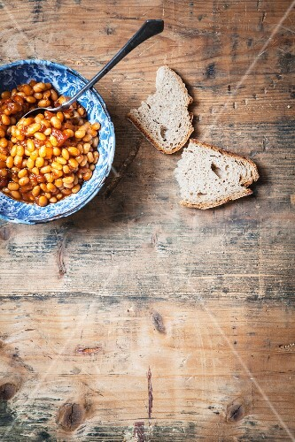 Baked beans with bread (Vegan)