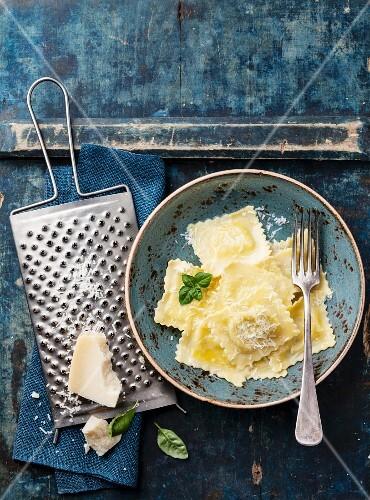 Ravioli mit Mozzarella, Basilikum und Parmesan