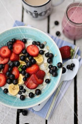 Porridge with berries and bananas
