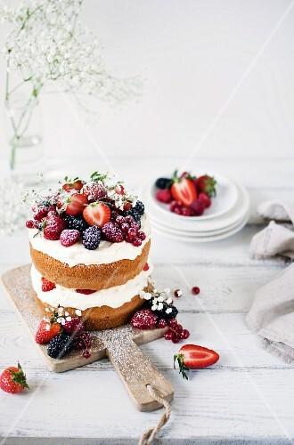 Mittsommer-Schichtkuchen mit Sahne und Beeren