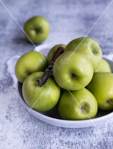 Grüne Äpfel in einer Schüssel