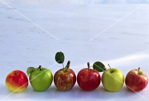 Various varieties of apples; Golden delicious, Granny Smith