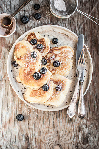 Yeast pancakes with apples, sugar, cinnamon and blueberries