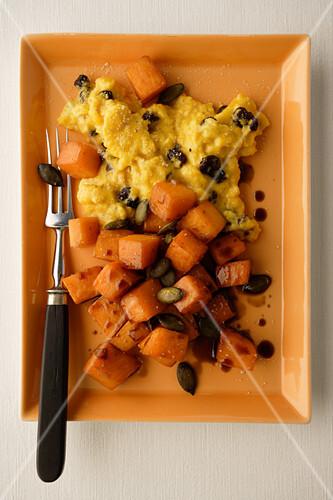 Kürbisgemüse mit Omelett, Oliven und Kürbiskernen