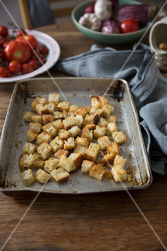 Selbstgemachte Croutons auf Ofenblech
