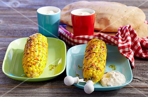 Gegrillte Maiskolben mit Chilibutter, Gorgonzoladip und Fladenbrot
