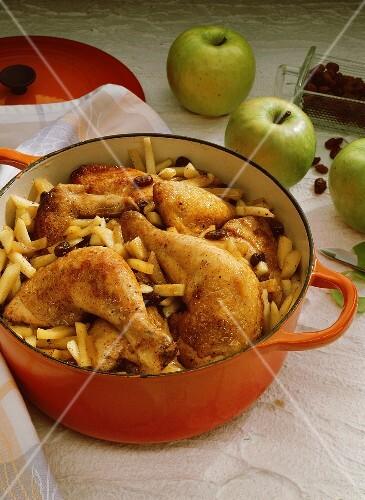 Pikantes Apfel-Hähnchen mit Rosinen & Calvados im Schmortopf