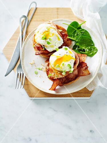 English Muffin mit Bacon und pochiertem Ei