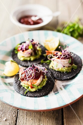 Black tacos with prawns and shoots (Mexico)