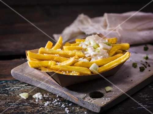 Selbstgemachte Pommes mit Salz und Frühlingszwiebel-Mayonnaise
