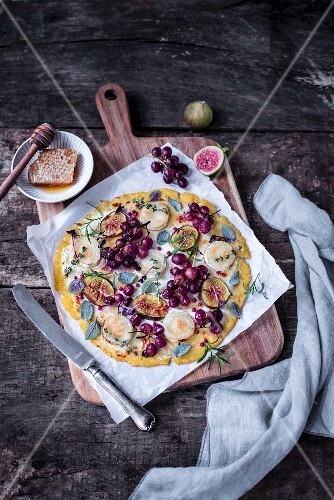 Polenta pizza with goat's cheese, figs and red grapes
