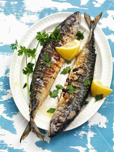 Grilled mackerel with lemons