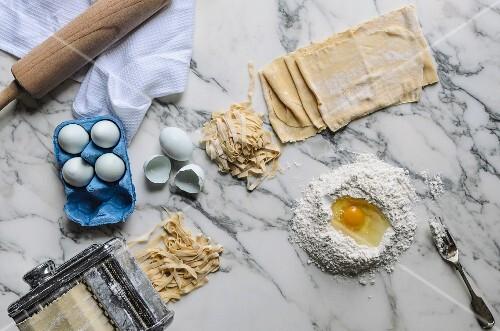 Zutaten und Utensilien für selbstgemachte Pasta (Aufsicht)