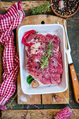 Rohes Schweinefleisch mit Gewürzen und Chili im Bräter