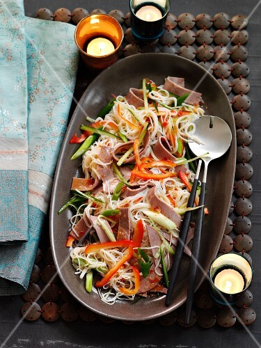Warm beef and rice noodle salad with red and green pepper (Asia)
