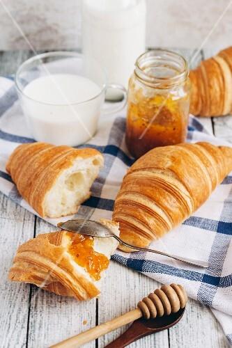 Croissants, Marmelade und Milch