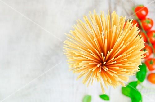 Spaghetti von oben, Kirschtomaten und Basilikum
