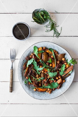 Warm sweet potato salad with rocket and chickpeas (seen from above)