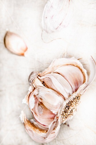 A crushed bulb of garlic (top view)