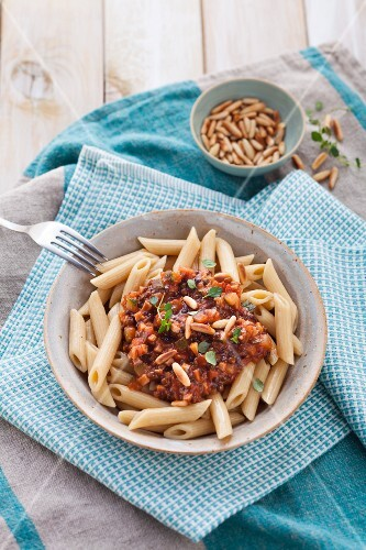 Wholemeal pasta with zucchini and lentil bolognese (Vegan)