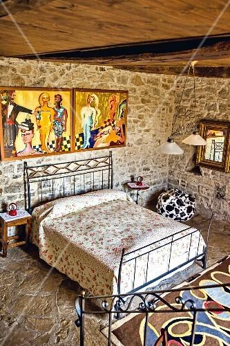 Schlafzimmer mit Bett und Gemälde von Elvira Bach, Weingut ...