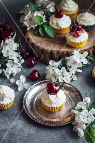 Cupcakes with apples and cherries