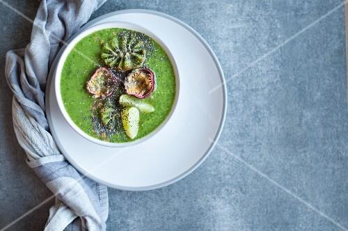 Grüne Smoothie Bowl mit Spinat, Passionsfrucht, Chiasamen, Limetten, Mango und Kiwi
