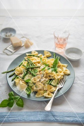 Farfalle mit Sahnesauce, Zucchini, Spargel und Parmesan