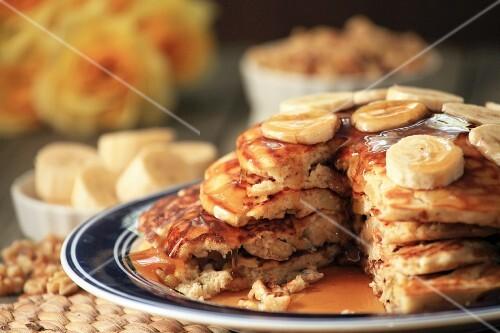 pancakes mit waln ssen und bananen gestapelt auf teller bild kaufen 12368120 stockfood. Black Bedroom Furniture Sets. Home Design Ideas