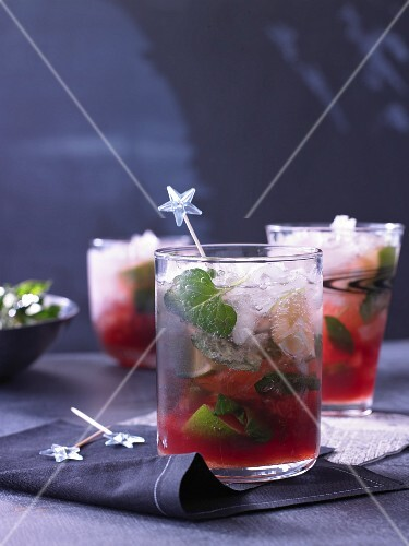 Cranberry mojitos with mint
