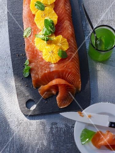 Gebeizte Lachsseite mit Orangen und Minzgelee
