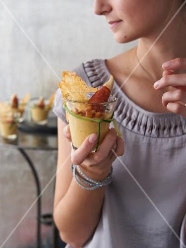 Gelbe Gazpacho mit Hähnchenfilet