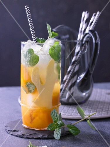 Minze-Limonade mit Ingwer und Mango