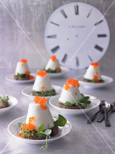 Panna Cotta von Blumenkohl auf geröstetem Schwarzbrot mit Forellenkaviar