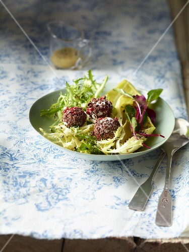 Mixed leaf salad with goat's cheese balls