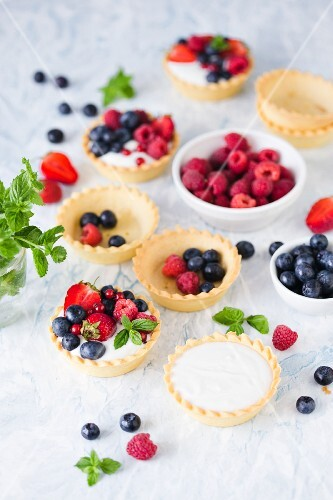 Mini tarts with vanilla cream and summer fruits