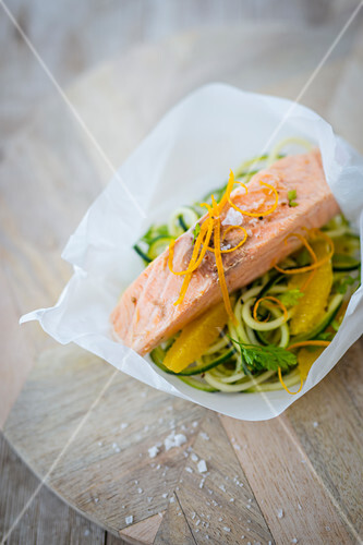 Salmon fillet on courgette noodles and oranges