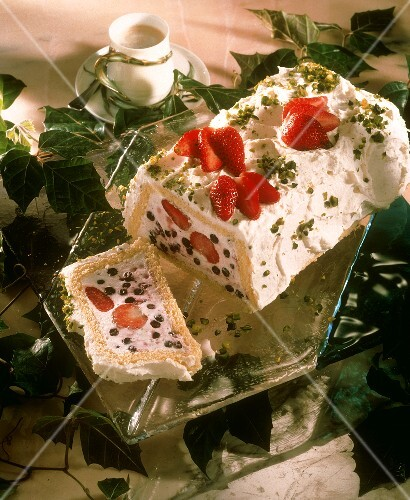 Yoghurt cake with strawberries and blueberries, sponge case
