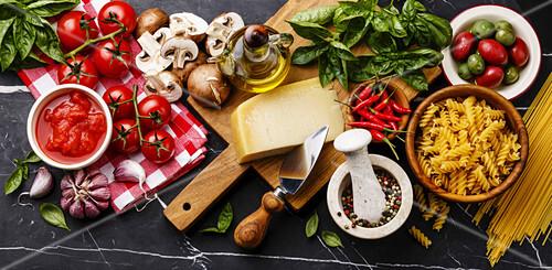 Stillleben mit italienischen Lebensmitteln