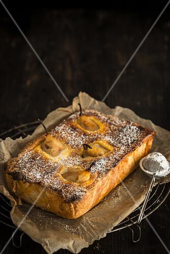 Bürgermeisterbirnen auf Vanillecreme, im Zwillingsteig gebacken, mit Puderzucker bestreut