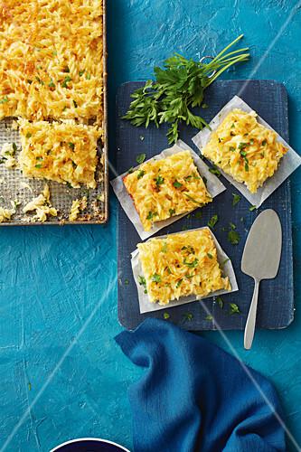 Knusprig überbackene Macaroni and Cheese vom Blech