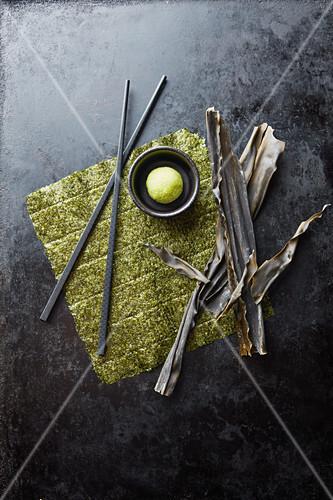 Algae leaves, fresh and dried